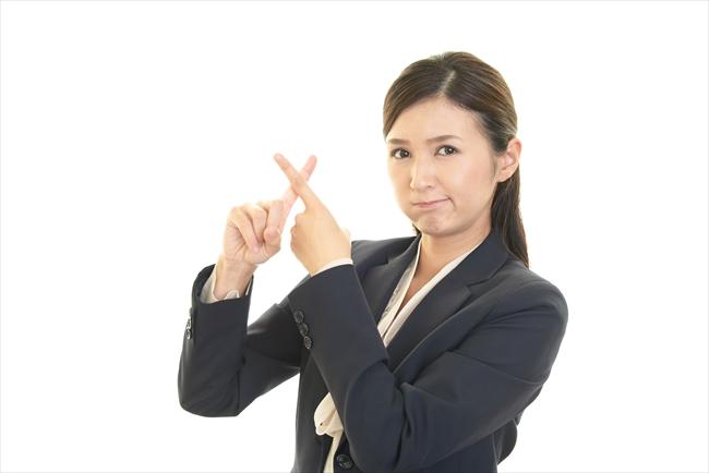 還元率だけで現金化業者を選ぶのは危ないと警告する女性のイメージ
